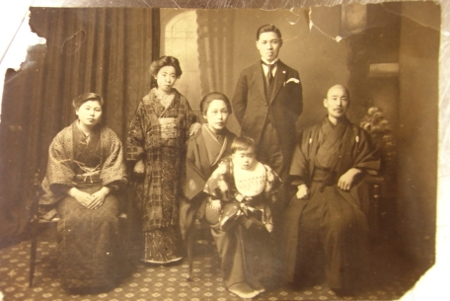 Hình tư liệu có về gia đình Osawa năm 1921. Từ phải sang ông Ryoutaro, Cha Ohsawa, bà Masa và bé Tadako, mẹ Eiko, người giúp việc.